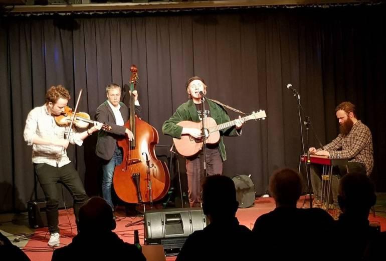 Foto des Sängers David Lübke mit seiner Band