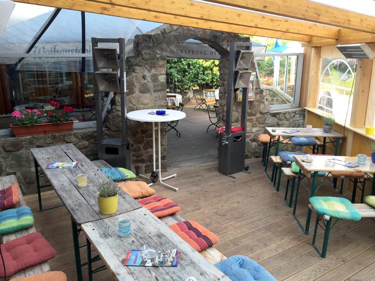 Blick in den Vorbau des Cafés
