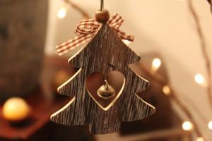 Holzgeschnitzter Tannenbaum zu Weihnachten
