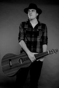 Foto des Blues-Sängers Bad Temper Joe mit seiner Gitarre