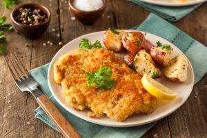 Foto eines Tellers mit Schnitzel und Kartoffeln