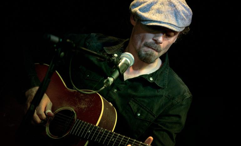 Foto des dänischen Sängers Tim Lothar mit seiner Gitarre
