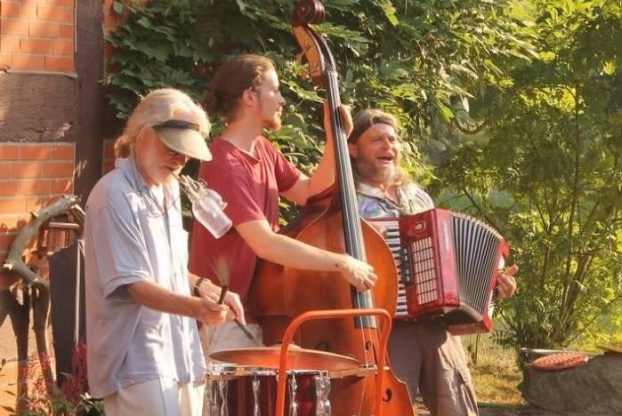 Foto der Band Trailog während eines Outdoor Konzertes